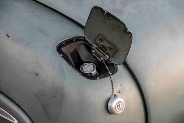 Под бывшим некогда лючком бензобака скрывается разъем, используемый для зарядки на фирменных станциях Tesla Supercharger. Одного заряда батарей емкостью 85 кВт·ч должно хватить на 240−320 км пробега. mercury, tesla, авто, олдтаймер, ретро авто, свап, тюнинг, электромобиль