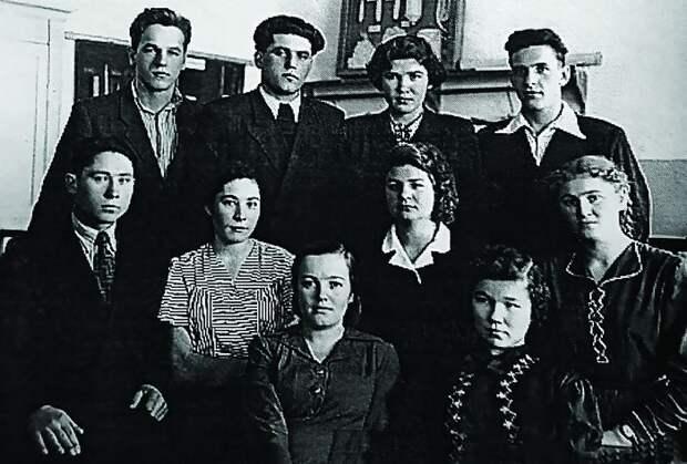Алексей (Илий) Ноздрин в техникуме (первый справа в верхнем ряду).