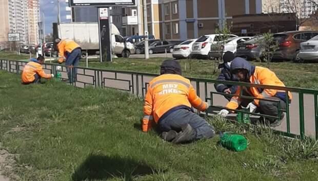 Ограждения вдоль тротуаров начали красить в микрорайоне Кузнечики Подольска