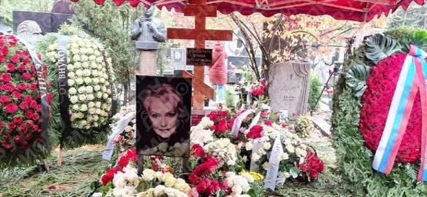 Заслужила: могила Скобцевой утонула сразу после похорон