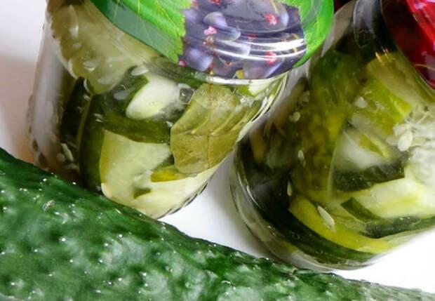 Огуречный салат в банках: можно есть осенью и зимой