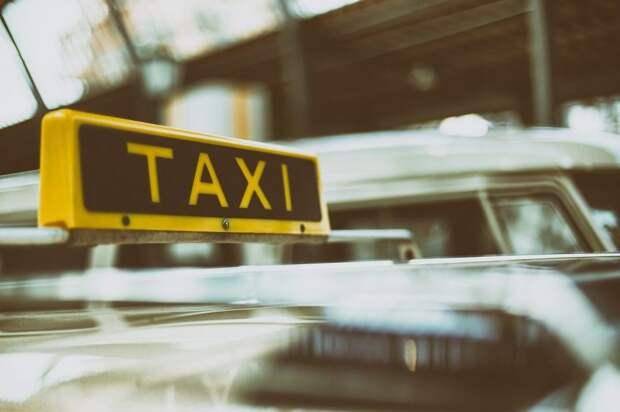 На Дубнинской улице столкнулись такси и мотоцикл