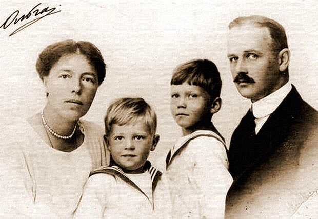 Она же со вторым мужем Николаем Куликовским и сыновьями (морганатический, но очень счастливый брак)