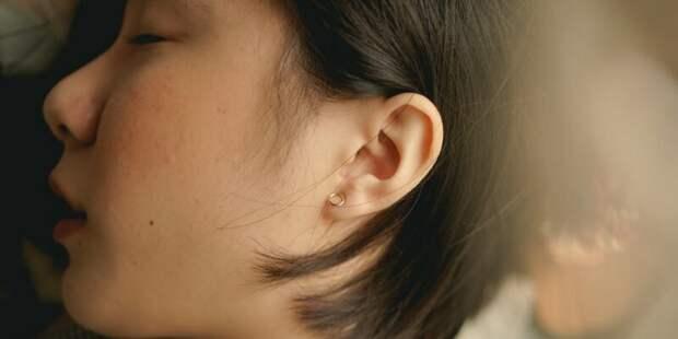Из-за редкого заболевания девушка перестала слышать мужчин, но при этом отлично слышит женщин