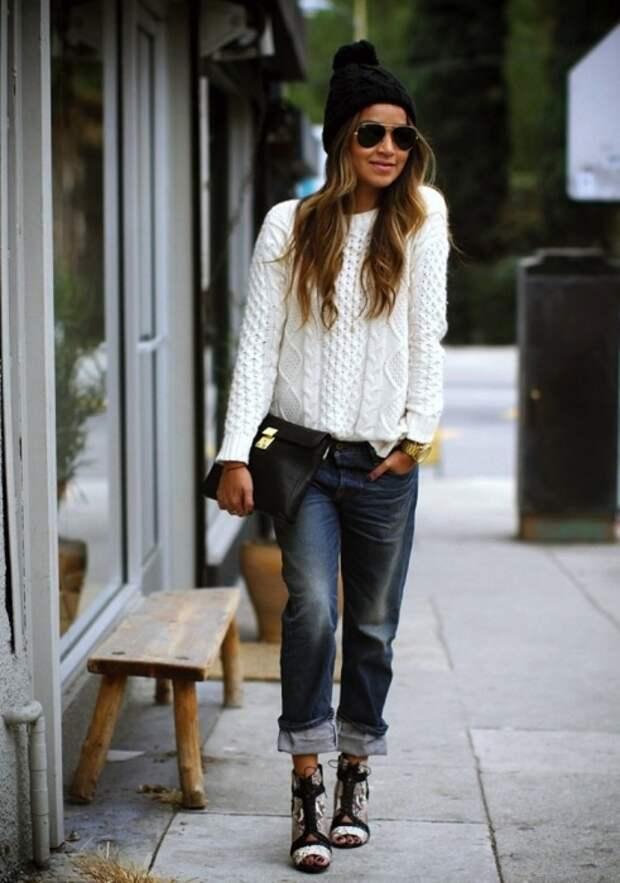 Белый вязаный свитер станет отличным дополнением вашего осеннего образа. / Фото: schemnositguru.ru