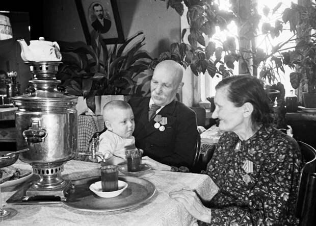 20 постановочных фото со счастливыми советскими людьми