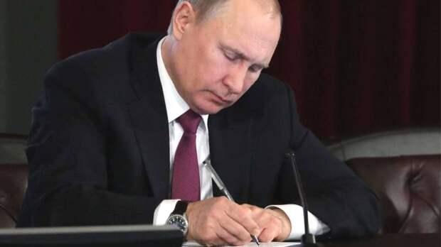 Путин подписал законы об изменениях в правила выборов и о работе экскурсоводов. Главное