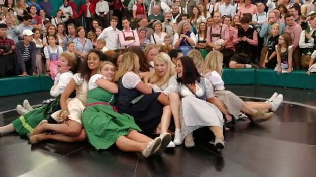 Катание девушек в юбках на колесе в Германии вызвало нездоровый ажиотаж