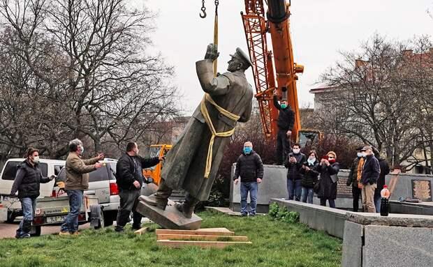 Масло в огонь русофобии: в НАТО поддержали снос памятника маршалу Коневу