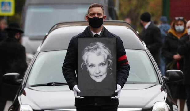 Федор Бондарчук почернел от горя на прощании с матерью