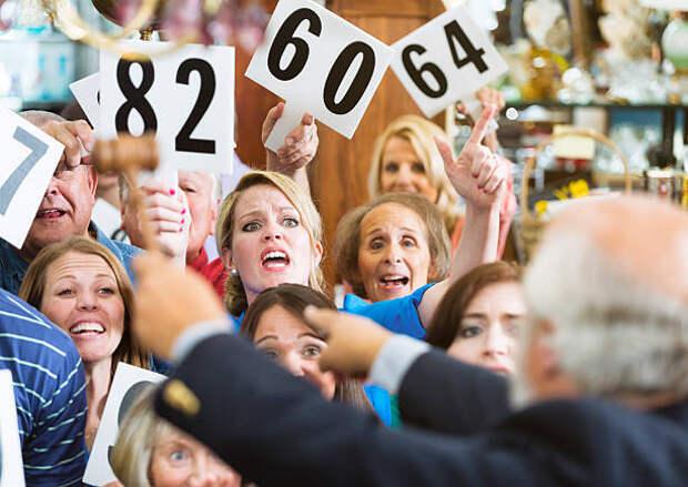 аукцион толпы - торги стоковые фото и изображения