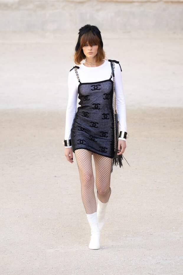 По мотивам фильмов Кокто: перья, голуби и драматичные кейпы в коллекции Chanel