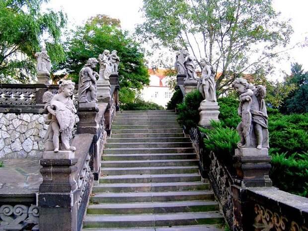 1024px-Angels_statues-Stairs-Loreta (700x525, 133Kb)