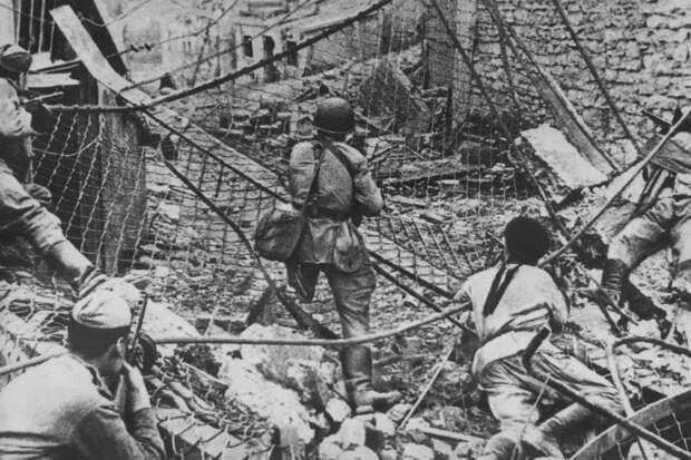 Бойцы 318-й стрелковой дивизии уничтожают немцев, засевших в разрушенных домах в Новороссийске. Фото: Леонид Бернштейн/РИА Новости