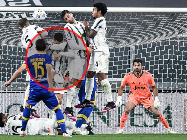 Роналду закрыл лицо в стенке и не прыгнул, когда «Парма» забила «Ювентусу» со штрафного