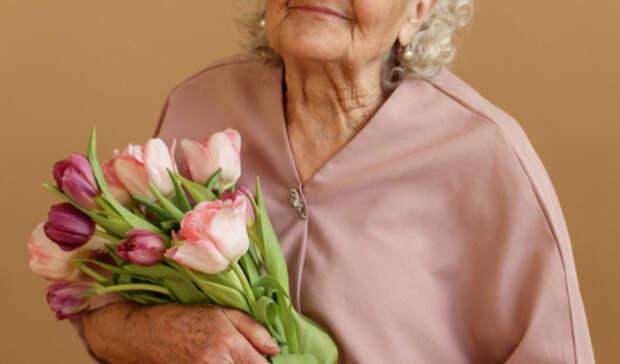 Пережившая взрыв и победившая COVID-19 челябинская старушка попала на страницы Vogue
