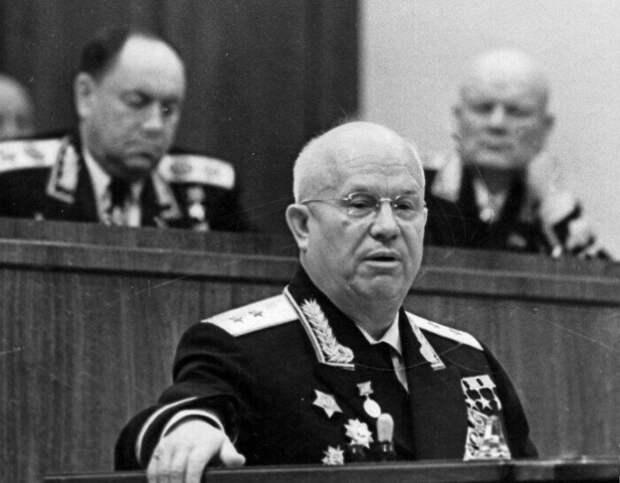 Парад Победы Хрущев встречал на трибуне руководителей.