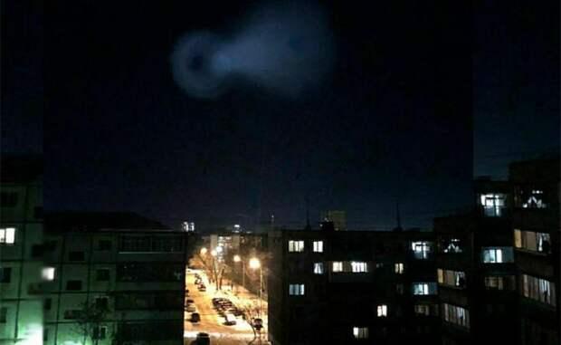 """На фото: неопознанный летающий объект (предположительно ступень ракеты """"Тополь"""")  над Курганом, 2019"""
