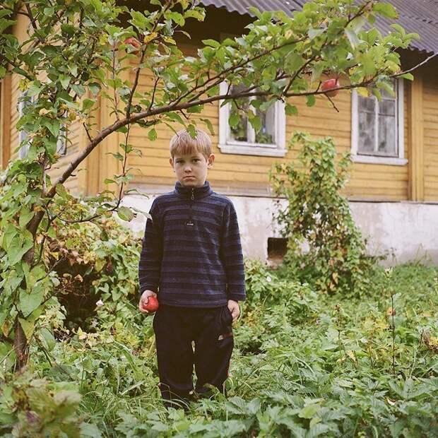 Саша, 9 лет, на фоне своего дома Изборск, варвара лозенко, русская деревня, фотография