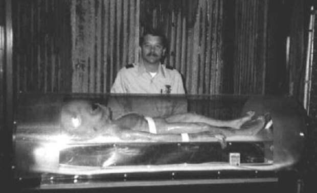 Тело инопланетянина после инцидента под Розуэлл