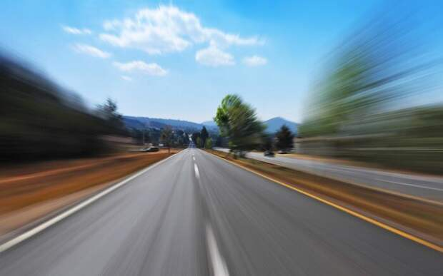 На прямой дороге скорость не ощущается / Фото: wallpaperscraft.ru