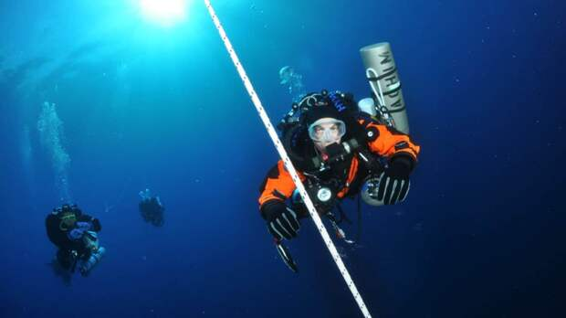 «Я - единственный сумасшедший, кто сделал это»: экстремальный дайвер об опасностях глубин