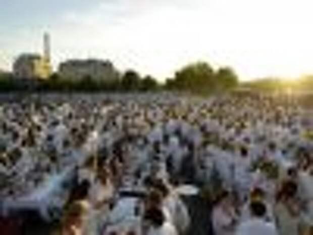 1500 парижан поужинали в белом на мостах