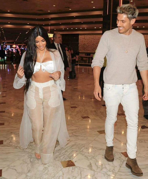 Ким Кардашьян в прозрачном белье шокировала гостей элитного ресторана