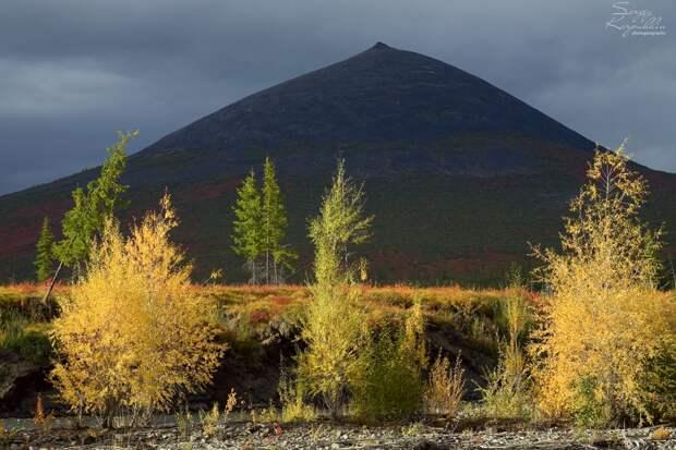 В окрестностях нижней части долины реки Матага-Эселях расположена отдельно стоящая гора, которая своим обликом значительно выделятся из окружения. Она видна издалека и своими формами привлекает внимание. Называют эту гору Ураса-Хая, то есть гора похожая на традиционное национальное жилище – ураса. Но это официально, а на самом деле все видят в её облике, конечно, женскую грудь. Для этого не требуется никакой фантазии.
