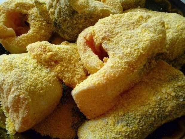 Панируем рыбу в кукурузной муке. /Фото: blogspot.com.