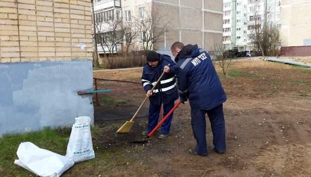 Сотрудники УК Подольска убрали от мусора территорию двух тепловых подстанций