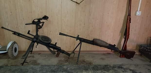 В Керчи сотрудники МВД при обыске изъяли у «чёрных копателей» запрещённые предметы и оружие 4