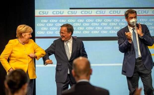"""На фото: канцлер Германии Ангела Меркель, председатель партии """"Христианско-демократический союз"""" Армин Лашет, премьер-министр Баварии Маркус Зедер (слева направо) на предвыборном митинге партийного блока ХДС/ХСС в Берлине."""