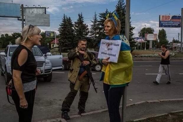 В Донецке поставили к столбу позора наводчицу украинских карателей