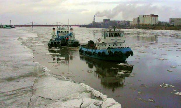 В порту Архангельска суда убирают в затоны и гавани в ожидании ледохода