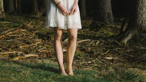Врач Тяжельников перечислил опасности при ходьбе по траве босиком