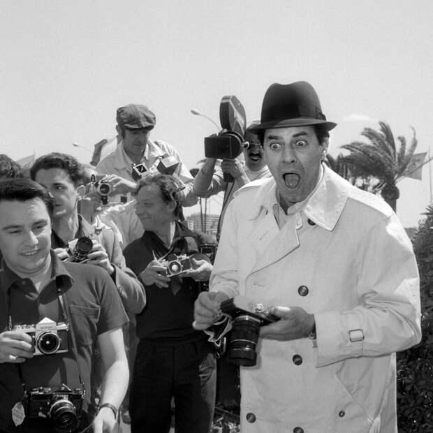 Юморист, режиссер и певец Джерри Льюис шутит с фотографами, 1967 год.