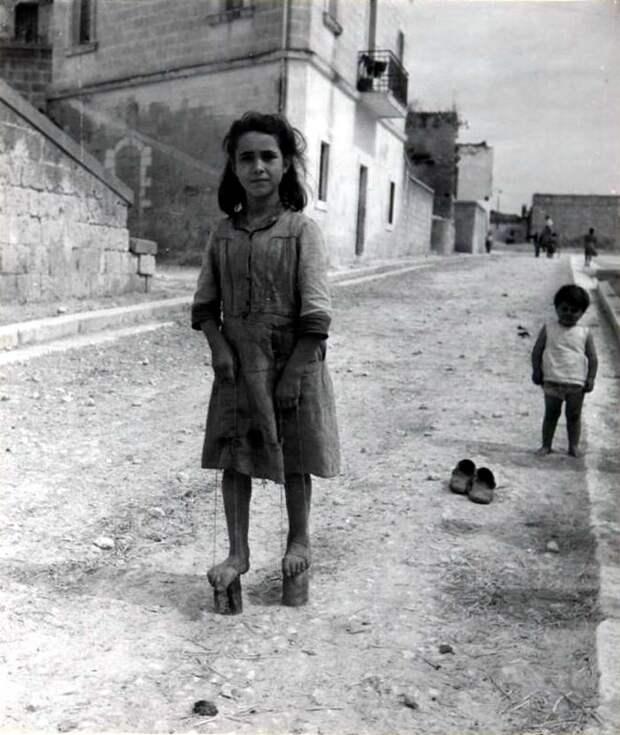 Италия, 1948 год - Девочка, играющаяся посреди улицы