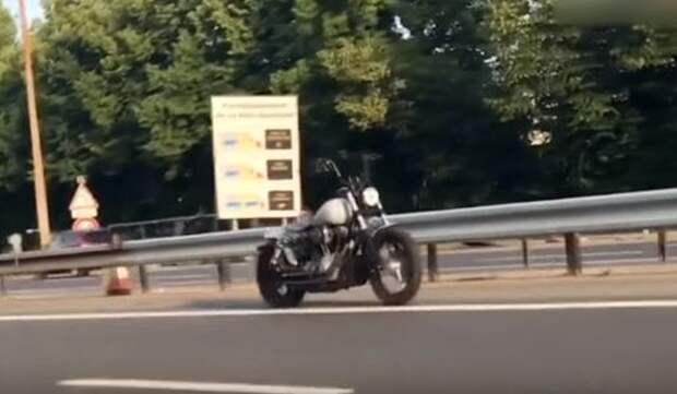 Беспилотный мотоцикл шокировал автолюбителей