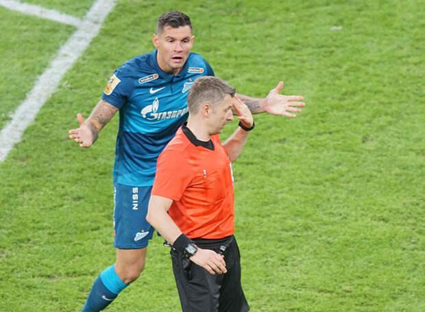 Вместо того чтобы назначить пенальти в ворота «Ростова» за фол Норманна на Ловрене, Матюнин наказал зенитовца. А то, что судьи позволяют Дзюбе, остальным нельзя. Экспертиза