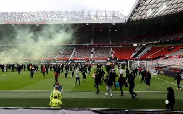 Фанаты «Манчестер Юнайтед» прорвались на поле перед матчем с «Ливерпулем»