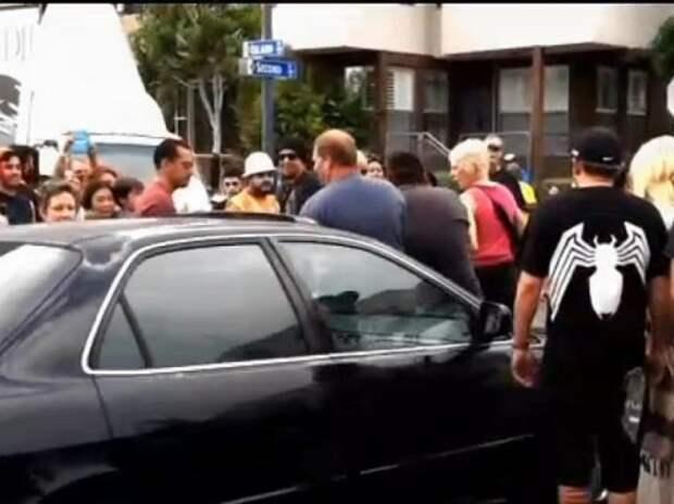 Водитель сбил пешеходов, пытаясь уехать от костюмированных зомби