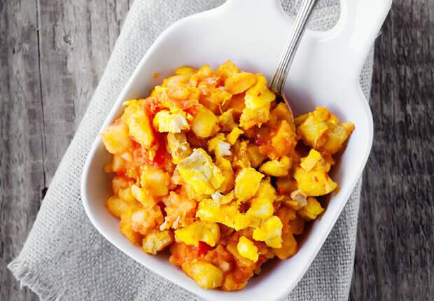 Рыбу можно потушить с морковью, сельдереем и другими овощами или запечь в бульоне с гвоздикой и петрушкой