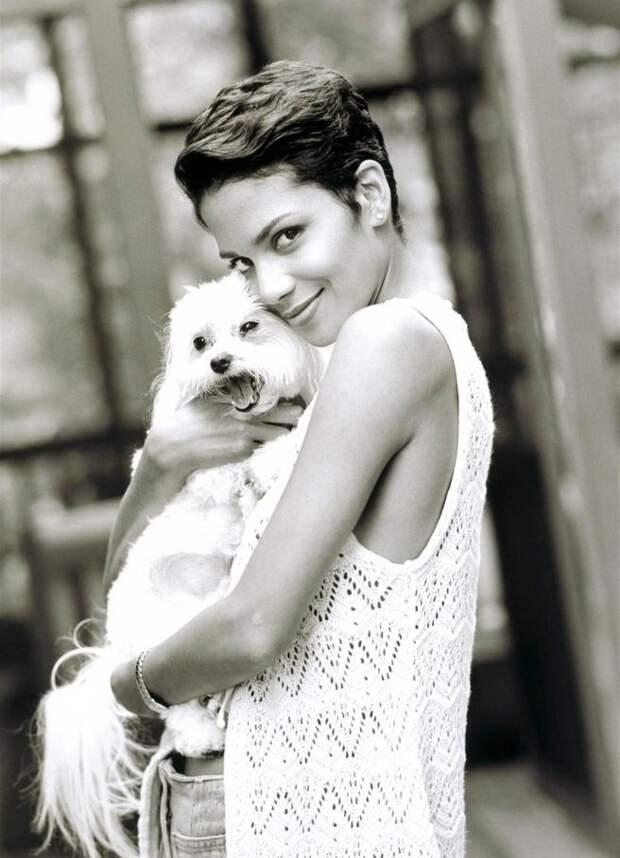 Очаровательная Хэлли Берри в 1999 году.