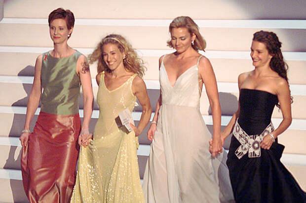"""История одного модного выхода: как актрисы из """"Секса в большом городе"""" повторили образы своих героинь на """"Эмми"""" в 1999 году"""