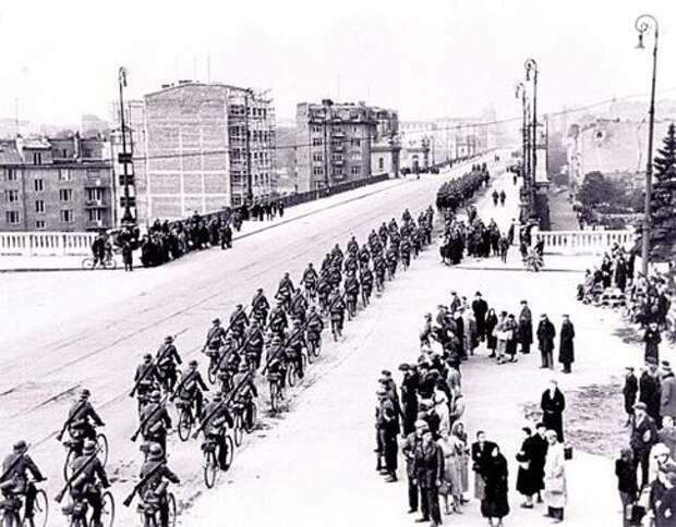 """Осень 1939 г. Победоносный немецкий<br /> """"велопробег"""" по взятой Варшаве"""