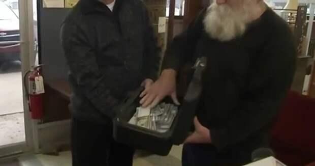 Мечта Бендера осуществилась: мужчина нашел в старом диване 43 000 долларов