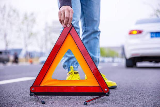 человек, устанавливая красный треугольник предупреждения - авария знак стоковые фото и изображения