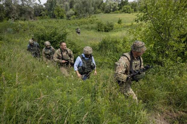 «Слуги народа» обратились к Зеленскому с требованием разорвать дипотношения с РФ и ввести войска НАТО на Украину