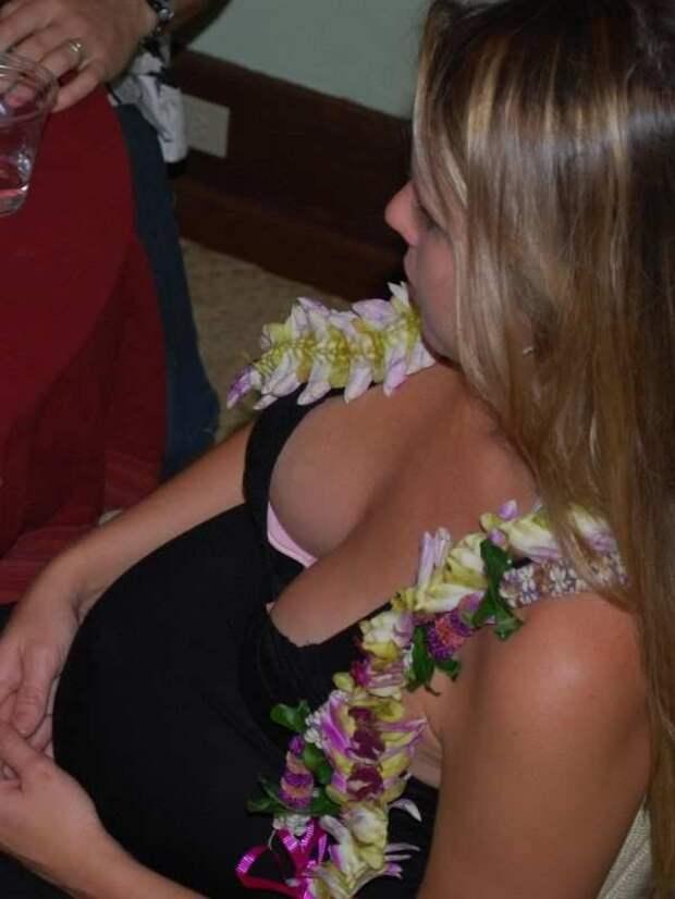 Девушки в обтягивающих блузках (23 фото)